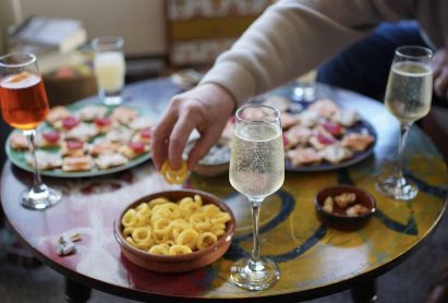 Apéritif. Plate of toasts and champagne